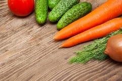 Ζωηρόχρωμα λαχανικά στον ξύλινο πίνακα Στοκ Φωτογραφία