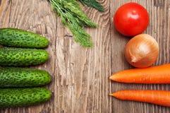 Ζωηρόχρωμα λαχανικά στον ξύλινο πίνακα Στοκ Εικόνες