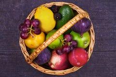 Ζωηρόχρωμα λαχανικά, φρούτα και μούρα στο καλάθι - υγιεινά τρόφιμα, διατροφή, Detox, καθαρή κατανάλωση ή χορτοφάγος έννοια στοκ φωτογραφία