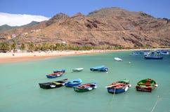 Ζωηρόχρωμα αλιευτικά σκάφη στην παραλία Teresitas Tenerife Στοκ Εικόνες