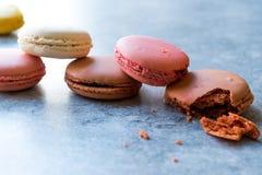 Ζωηρόχρωμα γαλλικά ή ιταλικά κέικ σωρών Macarons/Macaroon Στοκ φωτογραφίες με δικαίωμα ελεύθερης χρήσης