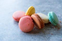 Ζωηρόχρωμα γαλλικά ή ιταλικά κέικ σωρών Macarons/Macaroon Στοκ Φωτογραφία