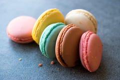 Ζωηρόχρωμα γαλλικά ή ιταλικά κέικ σωρών Macarons/Macaroon Στοκ Εικόνες