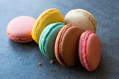 Ζωηρόχρωμα γαλλικά ή ιταλικά κέικ σωρών Macarons/Macaroon Στοκ φωτογραφία με δικαίωμα ελεύθερης χρήσης