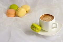 ζωηρόχρωμα γαλλικά macarons παρα στοκ εικόνες με δικαίωμα ελεύθερης χρήσης