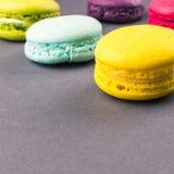 Ζωηρόχρωμα γαλλικά macaroons στο γκρίζο υπόβαθρο τετράγωνο στοκ εικόνα