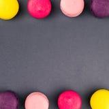 Ζωηρόχρωμα γαλλικά macaroons στο γκρίζο υπόβαθρο, τοπ άποψη τετράγωνο στοκ εικόνες με δικαίωμα ελεύθερης χρήσης