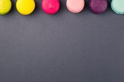 Ζωηρόχρωμα γαλλικά macaroons στο γκρίζο υπόβαθρο, τοπ άποψη στοκ εικόνες
