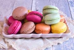 Ζωηρόχρωμα γαλλικά macaroons στο πιάτο Στοκ Φωτογραφία