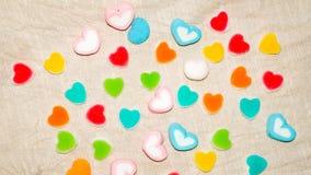 Ζωηρόχρωμα γλυκά καρδιών Lollipops και καραμέλες Τοπ υπόβαθρο άποψης στοκ φωτογραφία με δικαίωμα ελεύθερης χρήσης