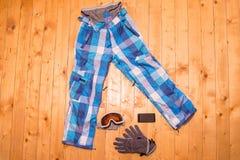 Ζωηρόχρωμα γυαλιά, γάντια και κράνος σκι Στοκ φωτογραφία με δικαίωμα ελεύθερης χρήσης