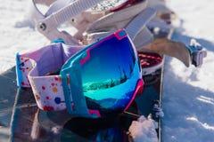 Ζωηρόχρωμα γυαλιά σκι σε ένα σνόουμπορντ Στοκ φωτογραφία με δικαίωμα ελεύθερης χρήσης