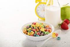 Ζωηρόχρωμα γλυκά δημητριακά φρούτων σε ένα κύπελλο Στοκ Εικόνες