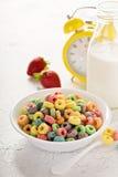 Ζωηρόχρωμα γλυκά δημητριακά φρούτων σε ένα κύπελλο Στοκ φωτογραφία με δικαίωμα ελεύθερης χρήσης