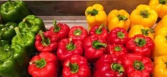 Ζωηρόχρωμα γλυκά πιπέρια κουδουνιών στη σύσταση υποβάθρου αγοράς στην κίτρινη κόκκινη πράσινη διαταγή Στοκ φωτογραφίες με δικαίωμα ελεύθερης χρήσης