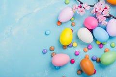 Ζωηρόχρωμα διακοσμητικά αυγά στο υπόβαθρο άνοιξη Στοκ φωτογραφία με δικαίωμα ελεύθερης χρήσης