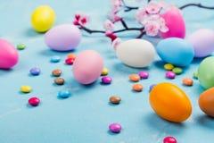 Ζωηρόχρωμα διακοσμητικά αυγά στο υπόβαθρο άνοιξη Στοκ Εικόνες