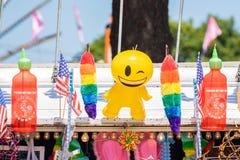 Ζωηρόχρωμα διογκώσιμα παιχνίδια στο θάλαμο πλανόδιων πωλητών στοκ εικόνες με δικαίωμα ελεύθερης χρήσης