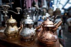 Ζωηρόχρωμα δοχεία καφέ χάλυβα finjan για την πώληση στοκ εικόνες