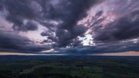 Ζωηρόχρωμα δραματικά σύννεφα ηλιοβασιλέματος πέρα από τη βρετανική επαρχία φιλμ μικρού μήκους