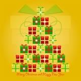 Ζωηρόχρωμα δώρα Χριστουγέννων που συσσωρεύονται στην κορυφή ο ένας στον άλλο υπό μορφή χριστουγεννιάτικου δέντρου με τα Χριστούγε Στοκ Εικόνα