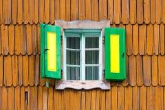 Ζωηρόχρωμα εκλεκτής ποιότητας ξύλινα παραθυρόφυλλα παραθύρων Στοκ φωτογραφία με δικαίωμα ελεύθερης χρήσης