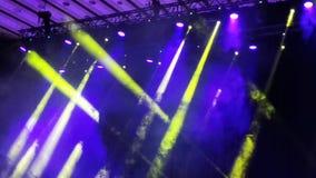 Ζωηρόχρωμα ελαφριά σημεία στη συναυλία - καπνός και ελαφριές ακτίνες απόθεμα βίντεο