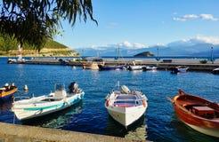 Ζωηρόχρωμα ελληνικά αλιευτικά σκάφη στο μικρό του χωριού λιμάνι, Ελλάδα στοκ εικόνες