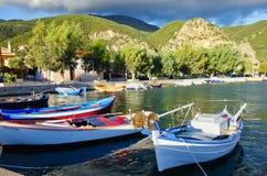 Ζωηρόχρωμα ελληνικά αλιευτικά σκάφη στο μικρό του χωριού λιμάνι, Ελλάδα στοκ εικόνα με δικαίωμα ελεύθερης χρήσης