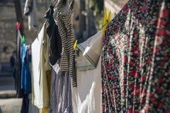 Ζωηρόχρωμα ενδύματα που κρεμούν για να ξεράνει σε μια γραμμή πλυντηρίων σε μια ηλιόλουστη ημέρα στην Ιερουσαλήμ Στοκ εικόνα με δικαίωμα ελεύθερης χρήσης