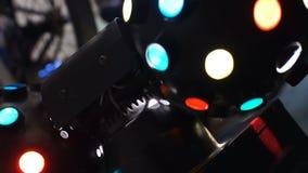 Ζωηρόχρωμα επίκεντρα που λάμπουν και που περιστρέφονται, σύγχρονος εξοπλισμός φωτισμού disco απόθεμα βίντεο