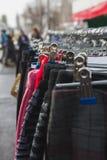 Ζωηρόχρωμα εσώρουχα επάνω σε μια στάση οδών, sity αγορά Στοκ Εικόνα