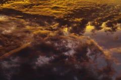 Ζωηρόχρωμα θεϊκά πορτοκαλιά σύννεφα στον ουρανό στο ηλιοβασίλεμα Στοκ εικόνες με δικαίωμα ελεύθερης χρήσης