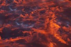 Ζωηρόχρωμα θεϊκά πορτοκαλιά σύννεφα στον ουρανό στο ηλιοβασίλεμα Στοκ Φωτογραφία