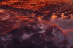 Ζωηρόχρωμα θεϊκά πορτοκαλιά σύννεφα στον ουρανό στο ηλιοβασίλεμα Στοκ Εικόνα