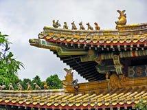 Ζωηρόχρωμα διακοσμήσεις και γλυπτά στη στέγη του Po Lin μοναστηριού στο νησί Lantau στο Χονγκ Κονγκ Στοκ Φωτογραφίες