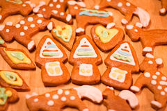 Ζωηρόχρωμα διακοσμημένα μπισκότα μελοψωμάτων - τα σπίτια Χριστουγέννων, καρδιές, αντέχουν Στοκ Φωτογραφία