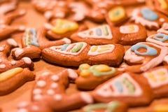 Ζωηρόχρωμα διακοσμημένα μπισκότα μελοψωμάτων - τα σπίτια Χριστουγέννων, καρδιές, σαλιγκάρι, αντέχουν Στοκ φωτογραφίες με δικαίωμα ελεύθερης χρήσης