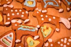 Ζωηρόχρωμα διακοσμημένα μπισκότα μελοψωμάτων - τα Χριστούγεννα αντέχουν, καρδιά Στοκ Εικόνες