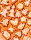 Ζωηρόχρωμα διακοσμημένα μπισκότα μελοψωμάτων - χριστουγεννιάτικα δέντρα, καρδιές, αστέρι Στοκ εικόνα με δικαίωμα ελεύθερης χρήσης