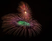 Ζωηρόχρωμα διαφορετικά χρώματα, καταπληκτικά πυροτεχνήματα στη Μάλτα, το σκοτεινά υπόβαθρο ουρανού και το φως σπιτιών στο μακρινό Στοκ Φωτογραφία