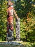 Ζωηρόχρωμα ινδικά τοτέμ στο πάρκο Βανκούβερ Καναδάς του Stanley στοκ φωτογραφία