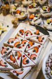 Ζωηρόχρωμα κέικ στο χρόνο κλάδων Στοκ φωτογραφία με δικαίωμα ελεύθερης χρήσης