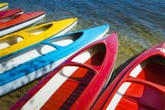 Ζωηρόχρωμα καγιάκ που δένονται στο lakeshore, λίμνη Goldopiwo, Mazury, POL Στοκ φωτογραφία με δικαίωμα ελεύθερης χρήσης