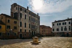 Ζωηρόχρωμα και ιστορικά σπίτια στο Campo della Maddalena στη Βενετία, Ιταλία, με ποικίλα μορφές και μεγέθη στο τοπικό archi Στοκ Εικόνες