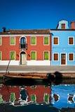 Κανάλι, βάρκα και σπίτια, Burano, Ιταλία Στοκ εικόνες με δικαίωμα ελεύθερης χρήσης