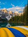 Ζωηρόχρωμα κανό στη λίμνη Moraine, εθνικό πάρκο Banff στην ανατολή στοκ φωτογραφία με δικαίωμα ελεύθερης χρήσης