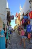 Ζωηρόχρωμα καταστήματα στην παλαιά οδό, Santorini Ελλάδα Στοκ φωτογραφία με δικαίωμα ελεύθερης χρήσης