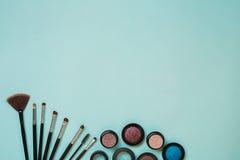 Ζωηρόχρωμα καλλυντικά στον μπλε εργασιακό χώρο με το διάστημα αντιγράφων Τα καλλυντικά αποτελούν τα αντικείμενα καλλιτεχνών: σκιέ Στοκ εικόνα με δικαίωμα ελεύθερης χρήσης
