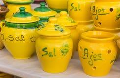 Ζωηρόχρωμα κεραμικά δοχεία στην αγορά τουριστών της Βαλένθια Στοκ Φωτογραφία